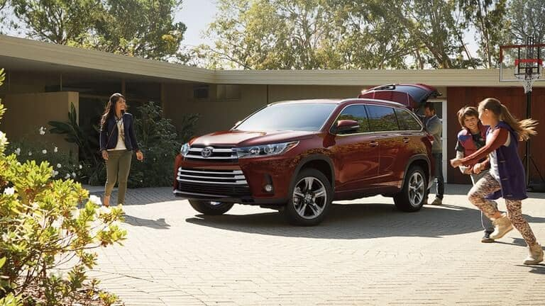 Children in front of 2018 Toyota Highlander