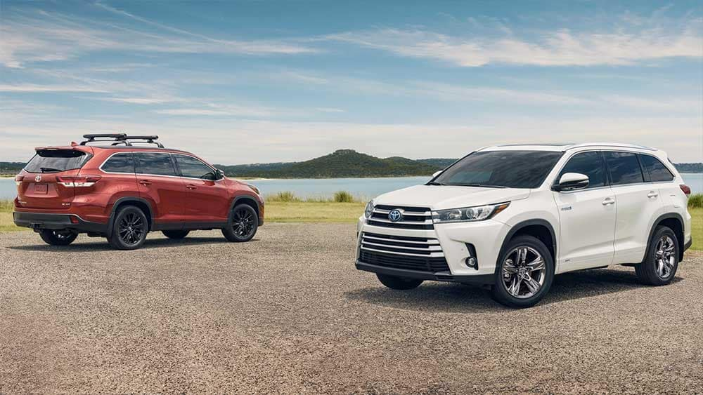 2019 Toyota Highlander models on the beach