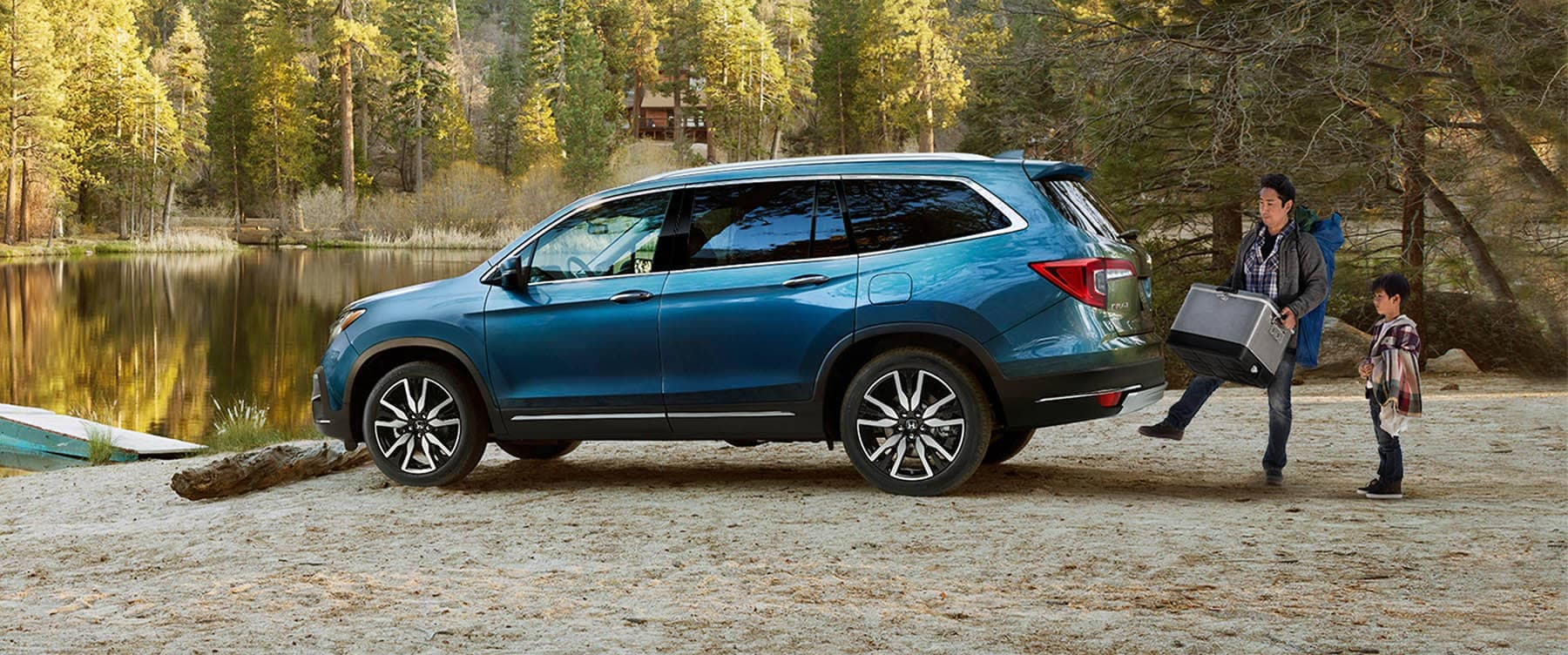 2019 Honda Pilot Parked at lake with handsfree tailgate banner