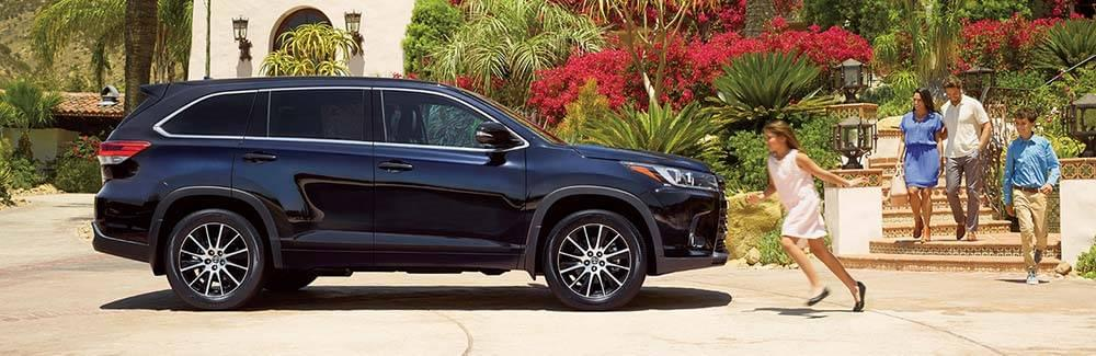 Family walking to a 2017 Toyota Highlander