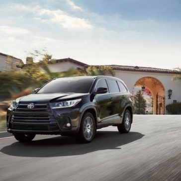 Toyota Highlander SE AWD Midnight Black Metallic driving